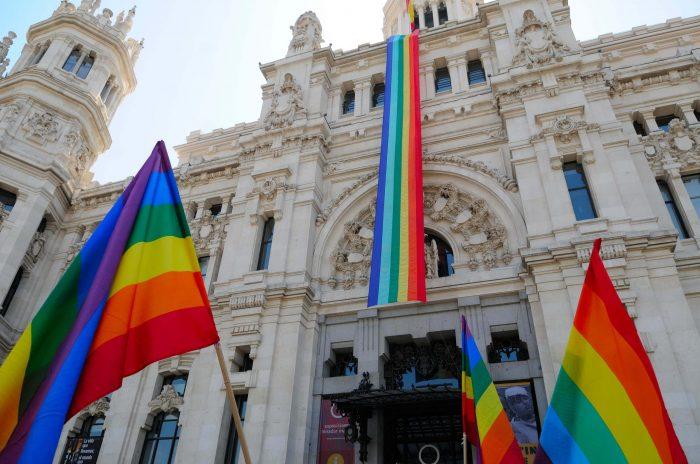 Manuela-carmena-ayuntamiento-bandera-lgtb